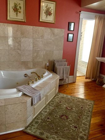 Northfield, MN : Summer Suite bath