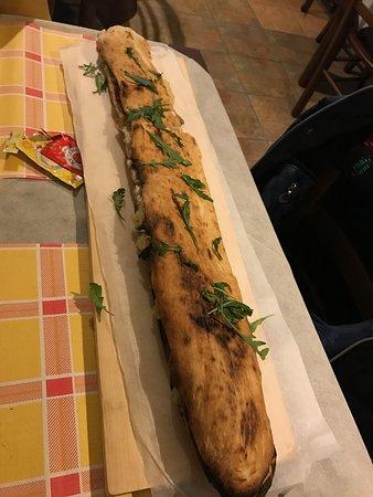 Fisciano, Italien: panuozzo con patate, funghi, salsiccia e mozzarella