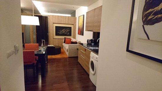 Akyra Thonglor Bangkok: 手前がキッチン、真ん中がリビング、一番奥がベッドルーム