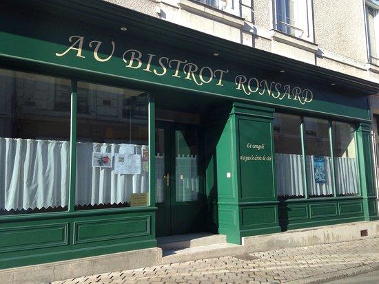 Le Lude, Franciaország: Belle façade typique de bistrot.