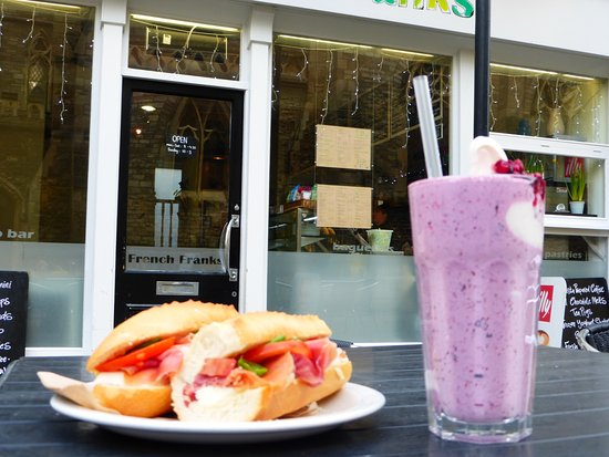 Cowes, UK: Frozen yoghurt shakes and fresh filled baguettes.... yum