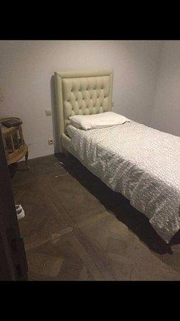 Etterbeek, بلجيكا: Chambre malsaine avec lampe cassé