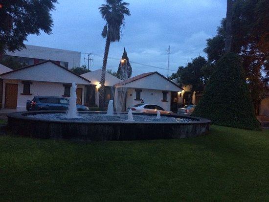 Hotel Flamingo Inn: La fuente de la entrada a las villas