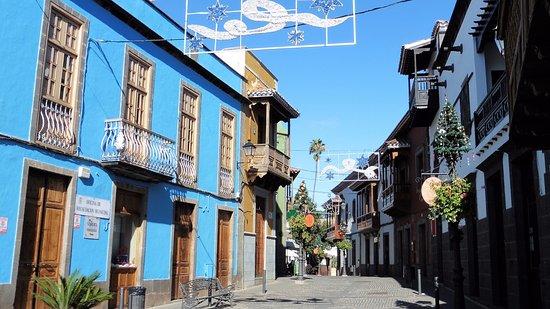 Teror, Spania: Balcons typiques et façades colorées