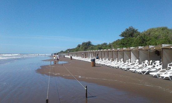 Costa del Este, Argentina: Parador cruzando la calle, marea muy alta