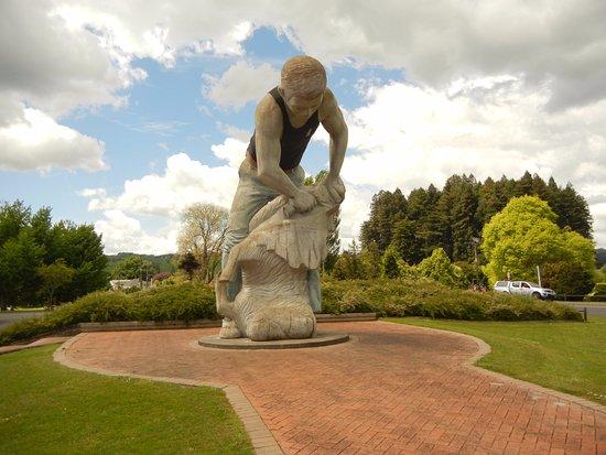 Te Kuiti, New Zealand: Statue in the park.