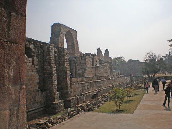 Qutub Minar: Кутуб-Минар.