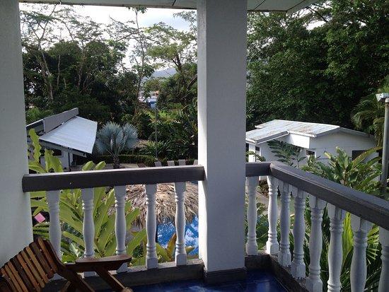 Mayol Lodge: Vues de la chambre à l'étage vers la piscine