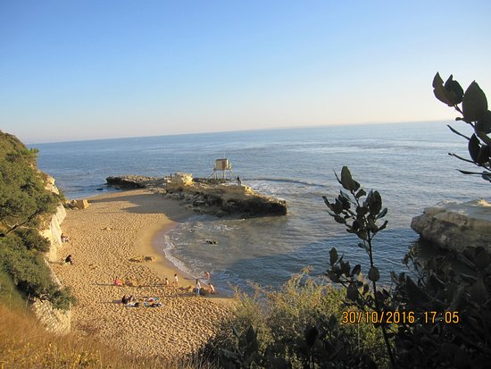 Saint-Palais-sur-Mer, Francia: la plage du trou du dibale, qui se trouve dans les rochers à droite de la photo