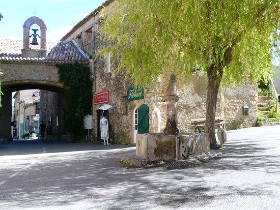 Tourtour, Frankreich: l'entrée du village