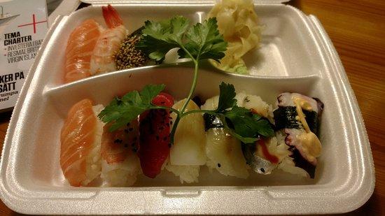 Bromma, Suecia: Hämtad mix-sushi (med bara nigiri)