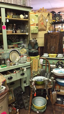 Lacombe, Kanada: Antiques and Collectibles Galore !!  Www.thevintagebelles.com