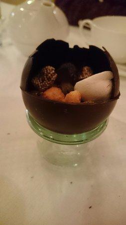 Zwolle, هولندا: Chocoladebol bij de koffie.