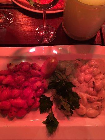 Wenningstedt, Germania: Gnochi mit Gorgonzola Soße rechts und in frischer Tomate links....super
