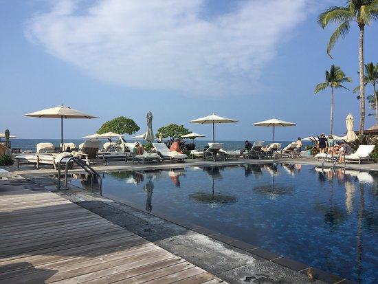 Four Seasons Resort Hualalai: pool and hot tub by beachside