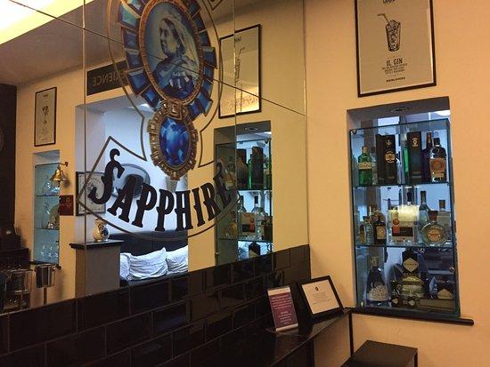 Hotel Adriano: Simpatico e fornitissimo gin corner