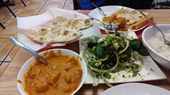 West Sacramento, Californie : Naan, Chicken Tikka Masala, and the Chicken K-bob with a small portion of dosa in the background