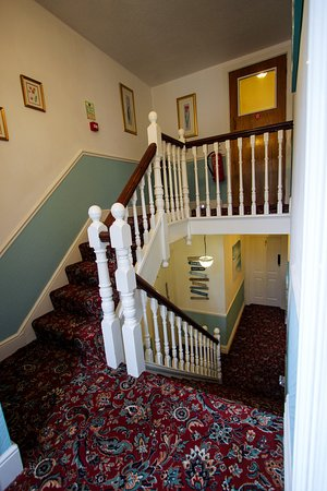 Harbour Heights Guest House: STAIRS FROM HALF LANDING TO SECOND FLOOR