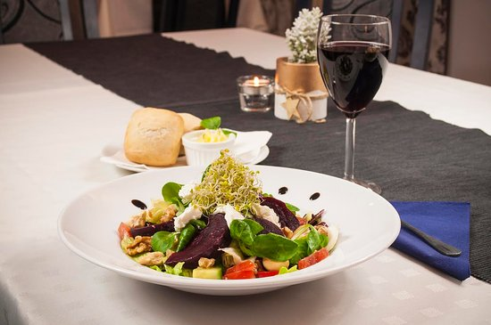 Boleslawiec, Pologne : Salad Bouvet with roasted beetroot, goat chesse and nuts, sprilled with fig vinaigrette sauce