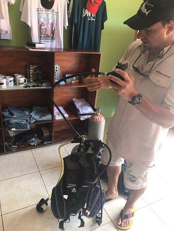 Puerto Baquerizo Moreno, الإكوادور: Increíble agencia de turismo y de buceo. Preparándonos para salir a nuestra primera experiencia.