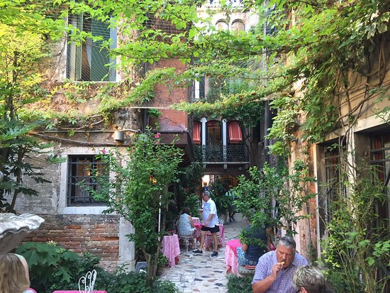 Breakfast Courtyard Picture Of Hotel Flora Venice Tripadvisor