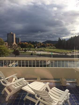 The Coeur d'Alene Resort: Deadly deck for small children. See open space at the bottom!