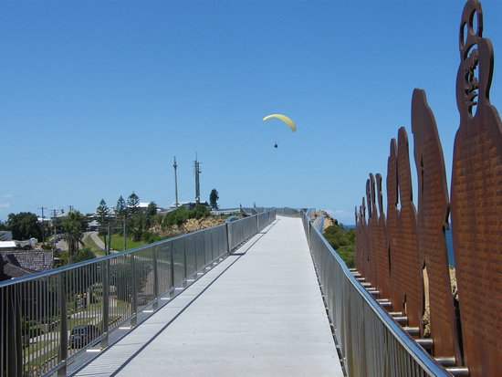 Newcastle, Avustralya: ANZAC walk with a hang glider overhead.