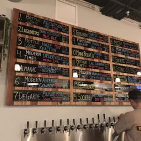Newbury Park, Калифорния: More than 20 tap beers from local and different breweries!