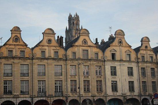 Arras, Francia: Maisons bordant la place
