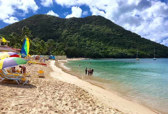 Coco Palm Resort: The beach is about a block away from the Coco Palm