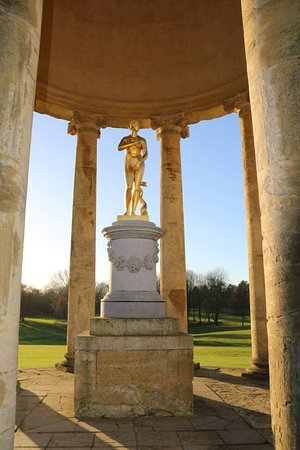 Buckingham, UK: Golden statue