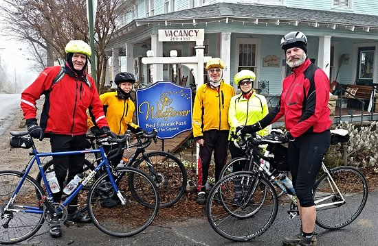 Wildflower Bed and Breakfast-On the Square: Our bicycle group in front of the Wildflower.