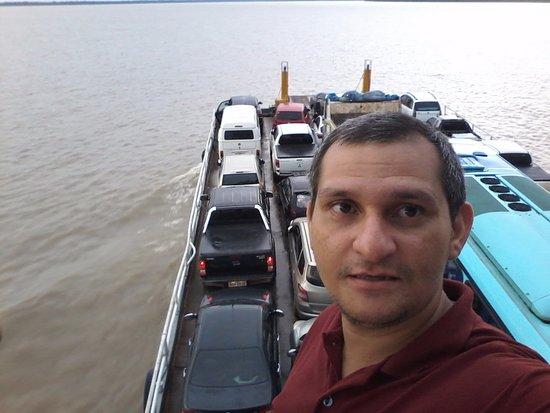 Floating Dock: aqui estou indo para Manaquiri dentro de uma balsa.