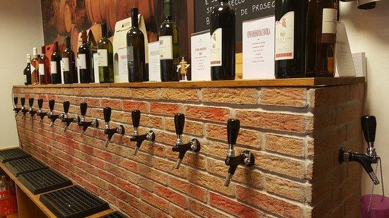 Garbagnate Milanese, İtalya: Disponibili 25 diverse varietà di vini sfusi