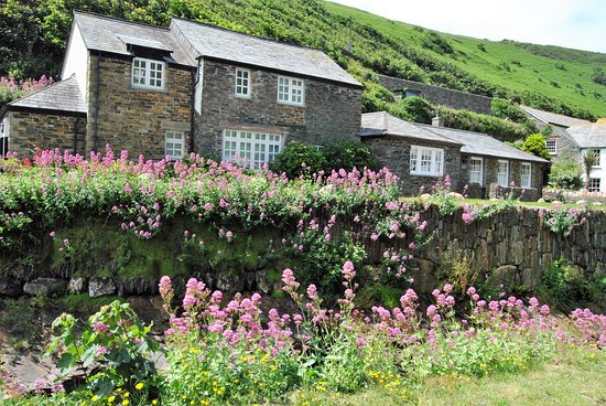 Boscastle, UK: Lovely homes and lodgings set along the river
