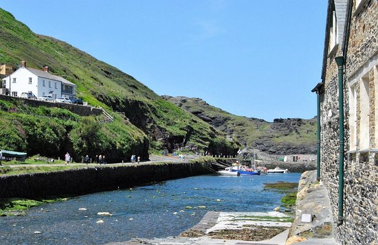Boscastle, UK: A view of the harbour when it actually has water