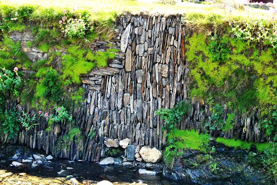 Boscastle, UK: The walls along it are so interesting