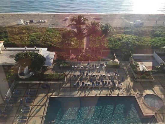 Utsikt mot inngangsparti og elven fra hotellrom i 7 for 7 salon miami beach