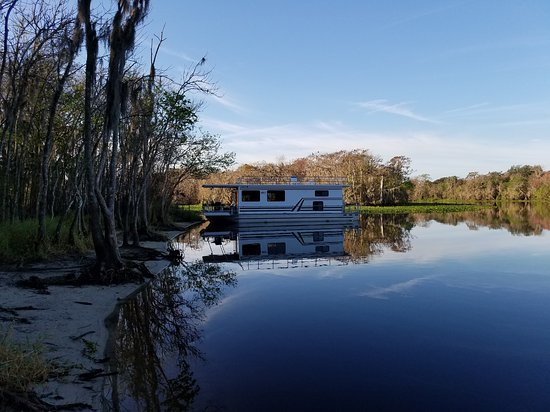 """DeLand, فلوريدا: 2 bedroom houseboat """"Achilles"""" from Holly Bluff Marina."""