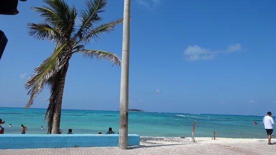San Andres Diving & Fishing: Praia de frente ao aeroporto local