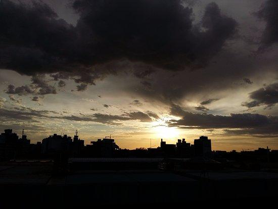 Days Inn Montevideo: Da janela do quarto...abaixo o telhado do Shopping/Rodoviária. E linda vista do amanhecer!