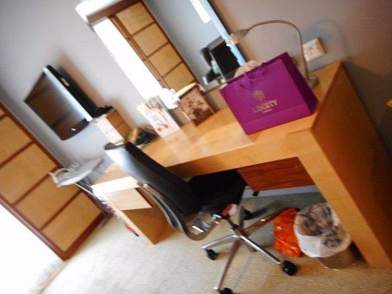 Holiday Inn London Bloomsbury: 机もあったので便利でした。