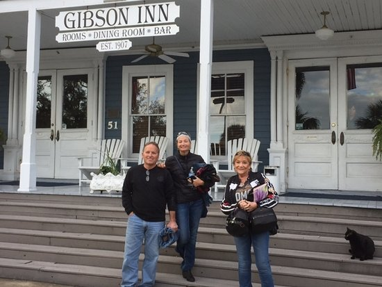 Apalachicola, FL: Front steps of the Gibson with the hotels black cat