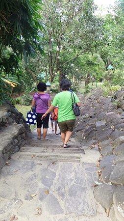 Central Luzon Region, Filippinerne: Trekking down to the Park / Farm.