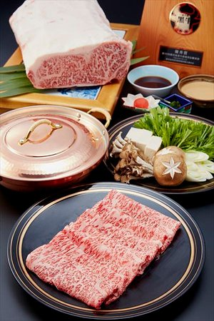 Machida, Japón: 鹿児島で、一頭一頭丹精を込めて育てられた黒毛和牛。 コクのあるやわらかいお肉は、ほどよく脂ののった霜降り が特徴となっています。