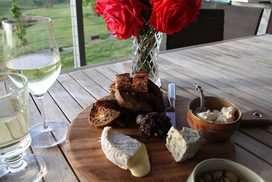 Merrijig, Australia: Enjoy a delicious charcuterie platter and beautiful King Valley wines on your terrace.