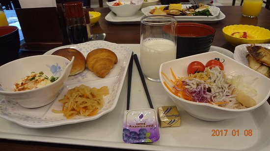 Kanpo no Yado Atami : 朝食は和洋のバイキングで、種類もほどほどありました。