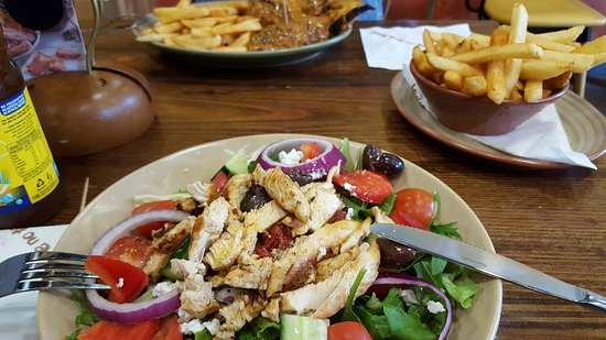 Lilydale, Australia: Mediterranean salad and chicken breast