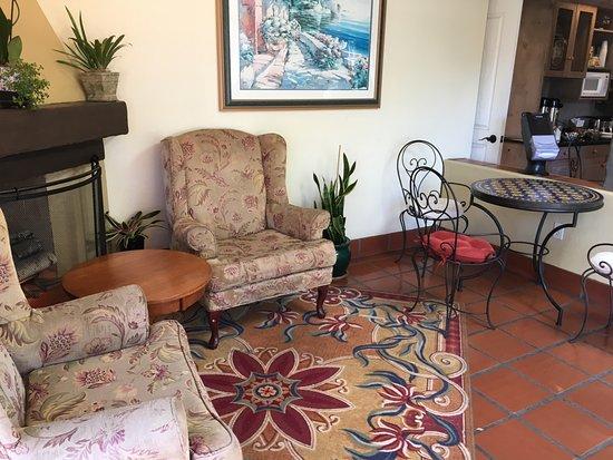 Mason Beach Inn: Comfortable Lobby with fireplace