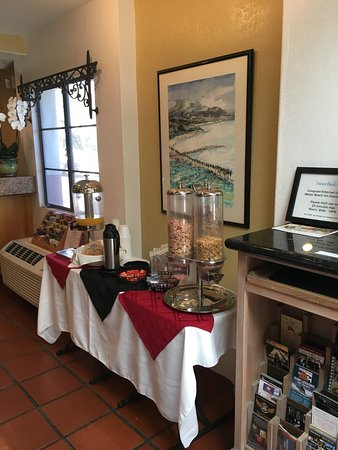 Mason Beach Inn: Complimentary continental breakfast in lobby